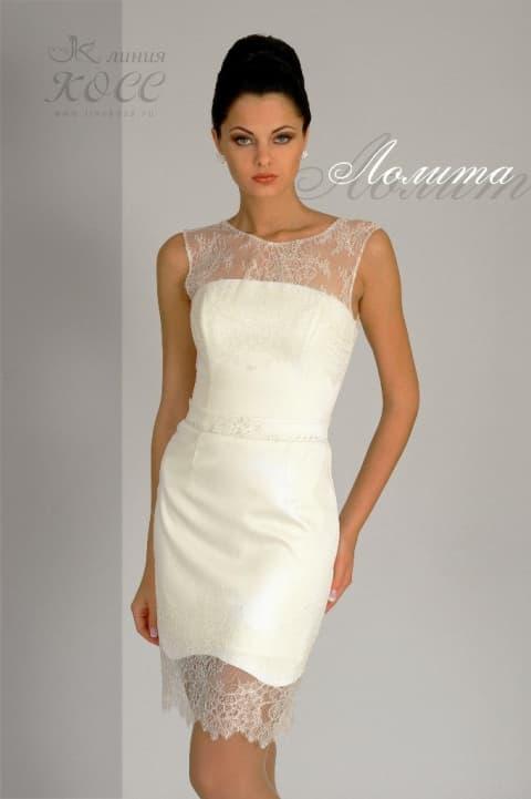 Облегающее свадебное платье-футляр длиной до середины бедра, покрытое кружевом.