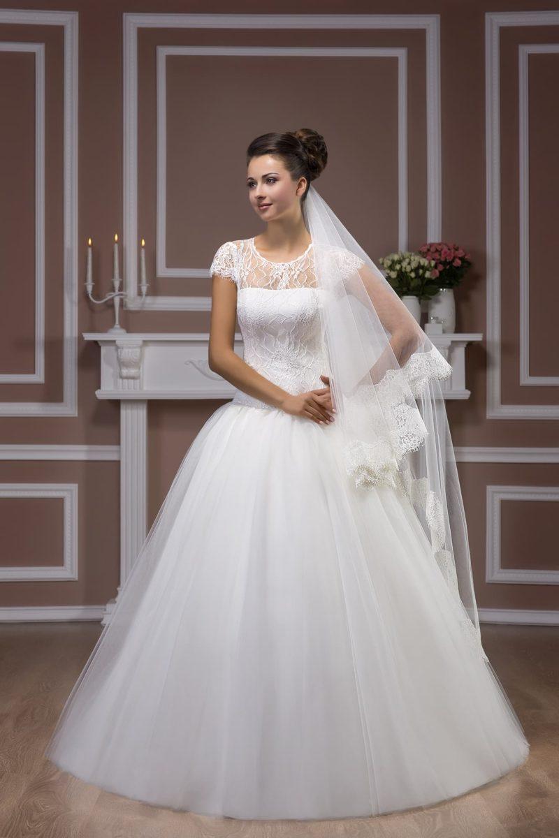 Торжественное свадебное платье с короткими кружевными рукавами и вырезом на спинке.