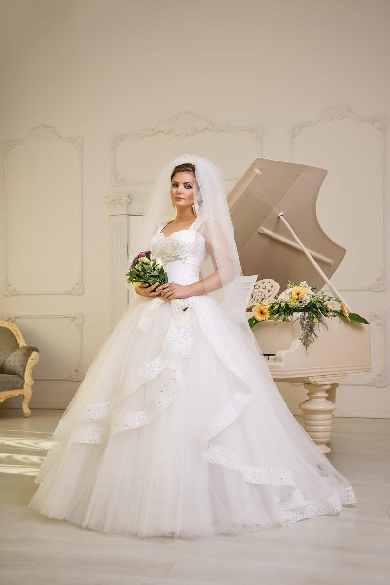 Пышное свадебное платье с открытым лифом в форме сердца, дополненным широкими бретелями.