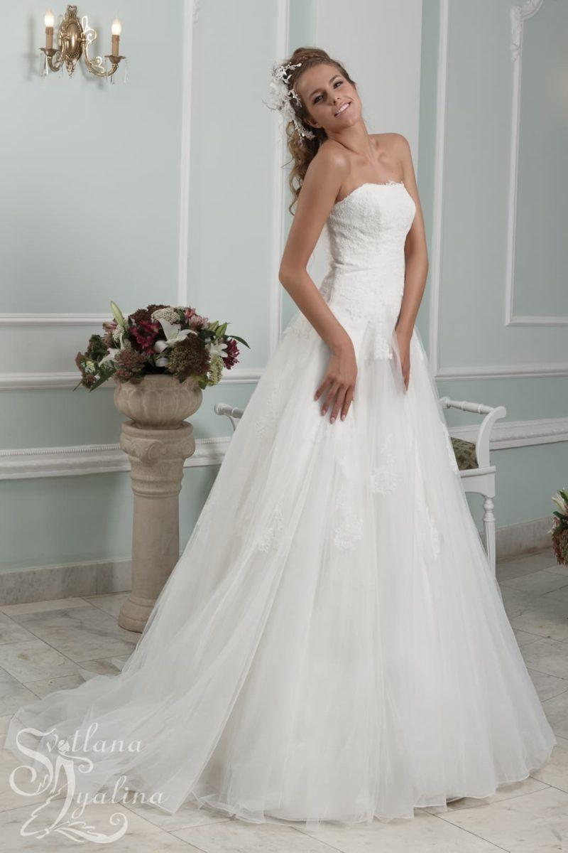 Открытое свадебное платье силуэта «принцесса» с кружевным болеро.