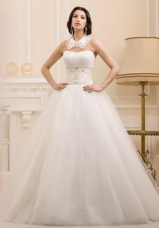 Кокетливое свадебное платье пышного кроя с необычным вышитым воротником.