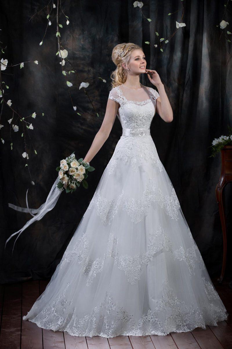 Прекрасное свадебное платье с отделкой глянцевым кружевом и стильным вырезом на спинке.