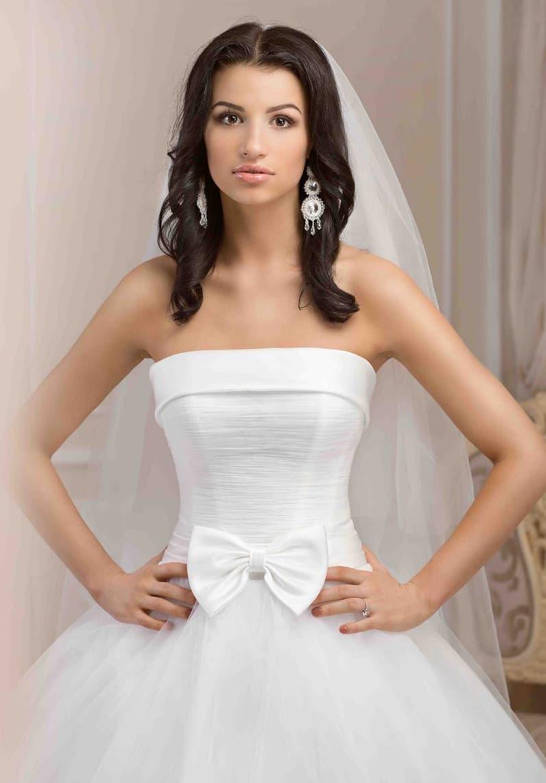 Свадебное платье пышного кроя с атласным корсетом с лифом прямого кроя, украшенным бантом.