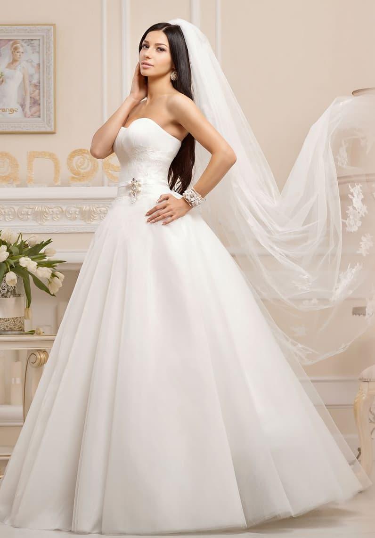 Изящное свадебное платье с нежным вырезом декольте и вышивкой на линии талии.