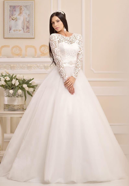 Пышное свадебное платье с округлым вырезом под горло и длинными рукавами из плотного кружева.