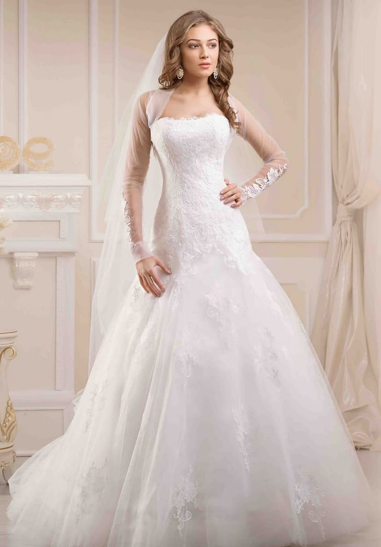 Элегантное свадебное платье «принцесса» со слегка заниженной линией талии и длинными рукавами.