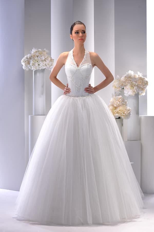 Пышное свадебное платье с V-образным вырезом, созданным бретелью-халтер.
