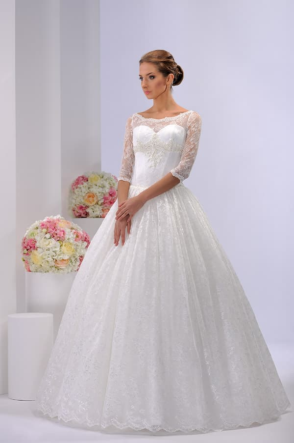 Кружевное свадебное платье в традиционном стиле, с атласной шнуровкой сзади.