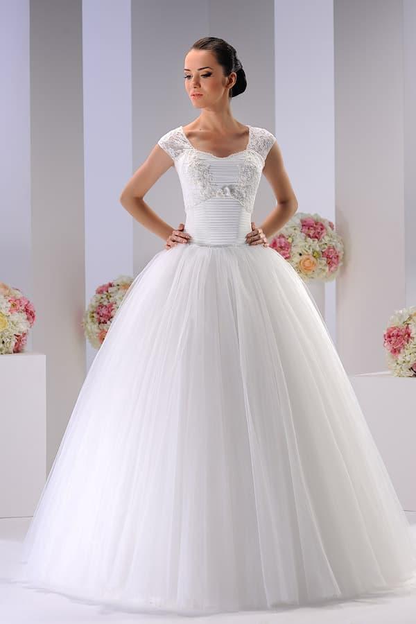 Женственное свадебное платье пышного силуэта с бретелями из кружева.