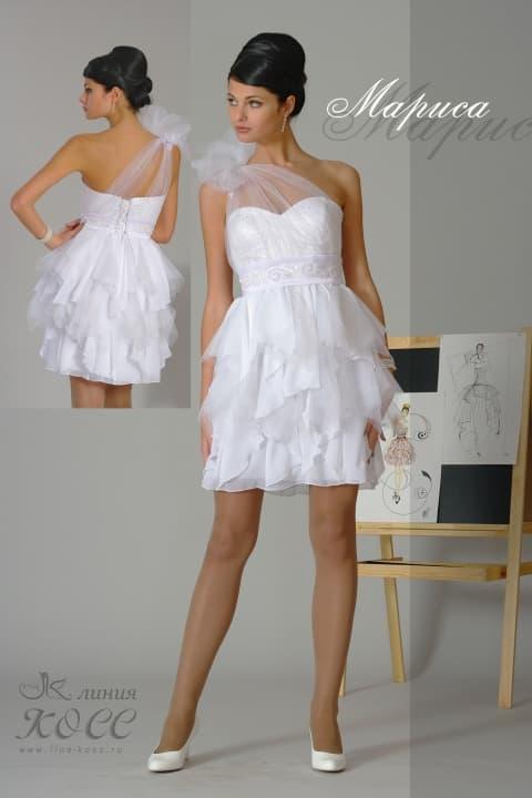 Короткое свадебное платье с пышной отделкой и прозрачным асимметричным лифом.