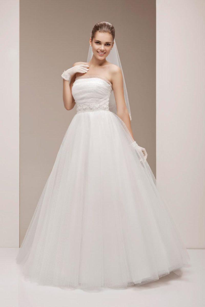 Свадебное платье с воздушным низом и лаконичным корсетом с вырезом прямого кроя.