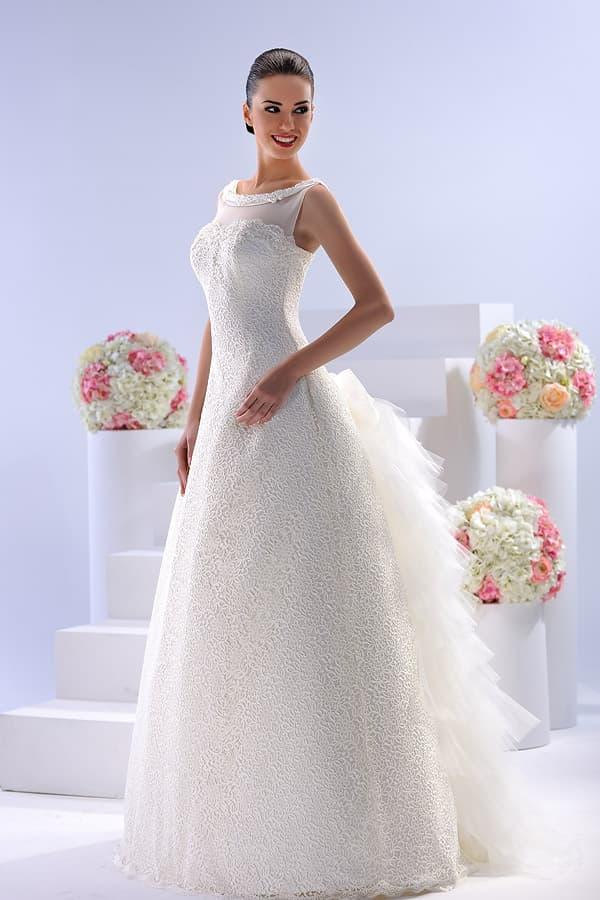 Закрытое свадебное платье с пышным шлейфом с множеством оборок.