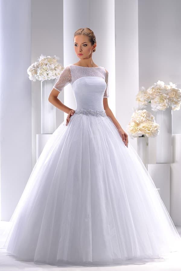 Роскошное свадебное платье с кружевным рукавом до локтя и многослойным подолом.