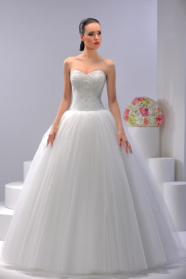Пышное свадебное платье с эффектным открытым декольте, покрытым кружевной тканью.