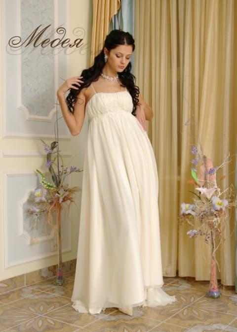 Кремовое свадебное платье прямого кроя в ампирном стиле.