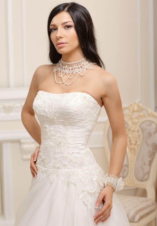 Необычное свадебное платье с открытым лифом деликатного кроя и фактурной отделкой корсета.