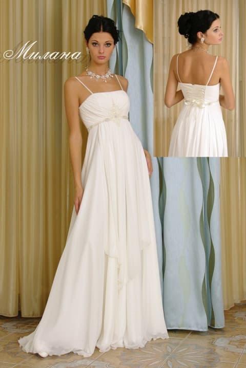 Прямое свадебное платье в ампирном стиле с атласным поясом и узкими бретелями.