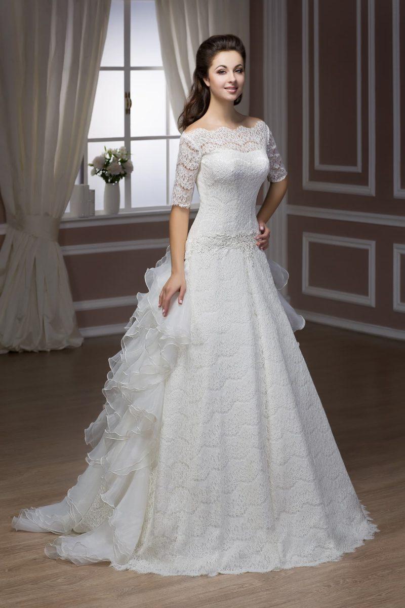 Свадебное платье «принцесса» с длинными рукавами и оборками сзади по юбке и шлейфу.
