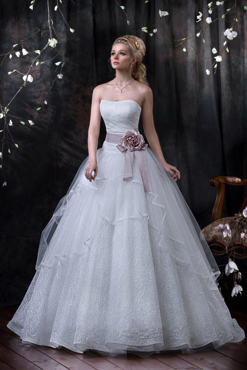 Открытое свадебное платье с кружевной отделкой и изящным атласным поясом на талии.