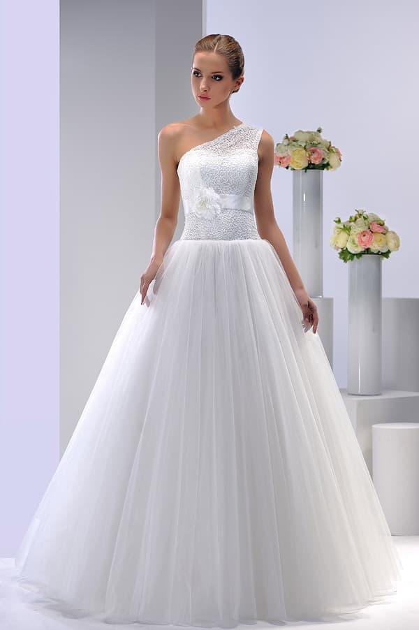 Пышное свадебное платье с асимметричным лифом и поясом из атласа.
