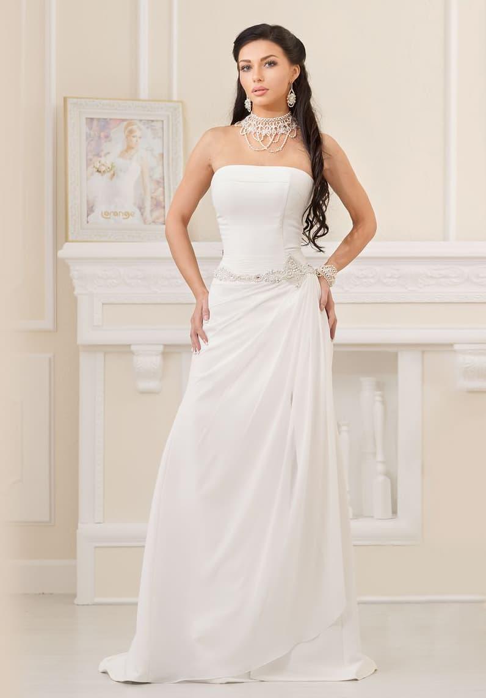 Лаконичное свадебное платье с лифом прямого кроя и легкими драпировками по юбке.