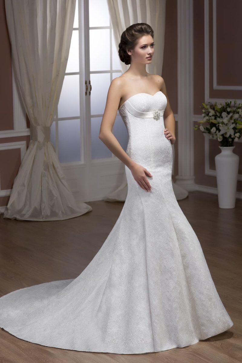 Свадебное платье «рыбка», декорированное по всей длине кружевом, с открытым лифом и шлейфом сзади.