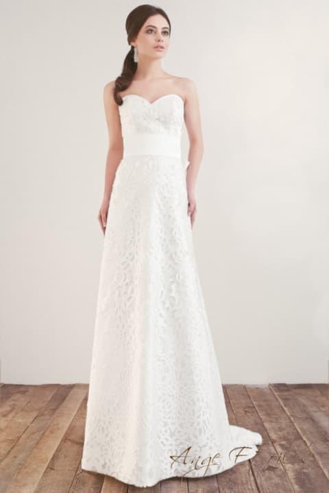 Лаконичное свадебное платье, по всей длине покрытое кружевом с крупным узором.