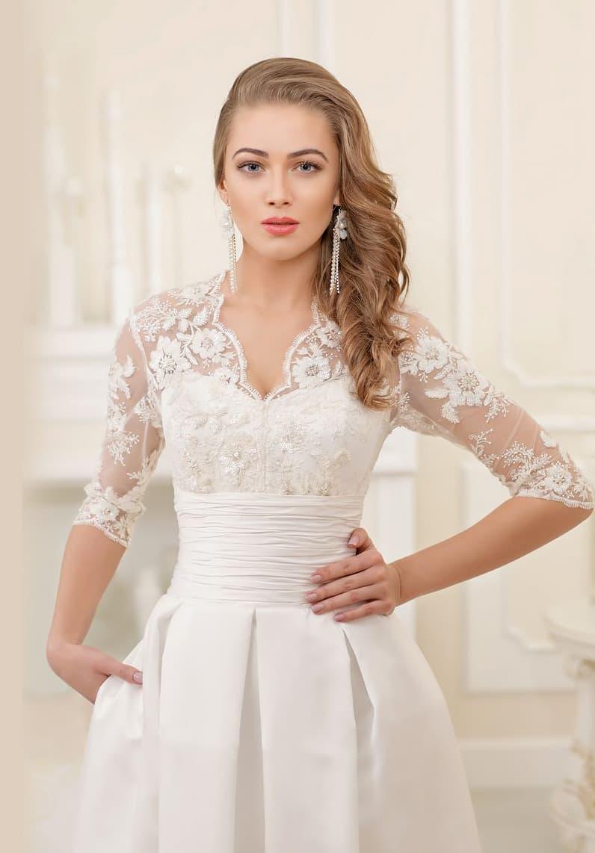 Стильное свадебное платье «принцесса» с широким атласным поясом и кружевным верхом с рукавом.