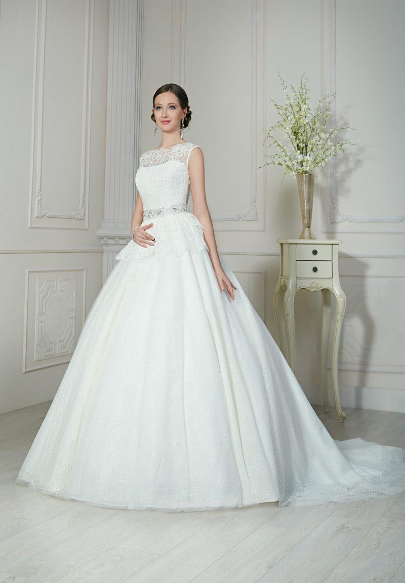 Классическое свадебное платье с закрытым лифом и пышной юбкой, дополненное баской.