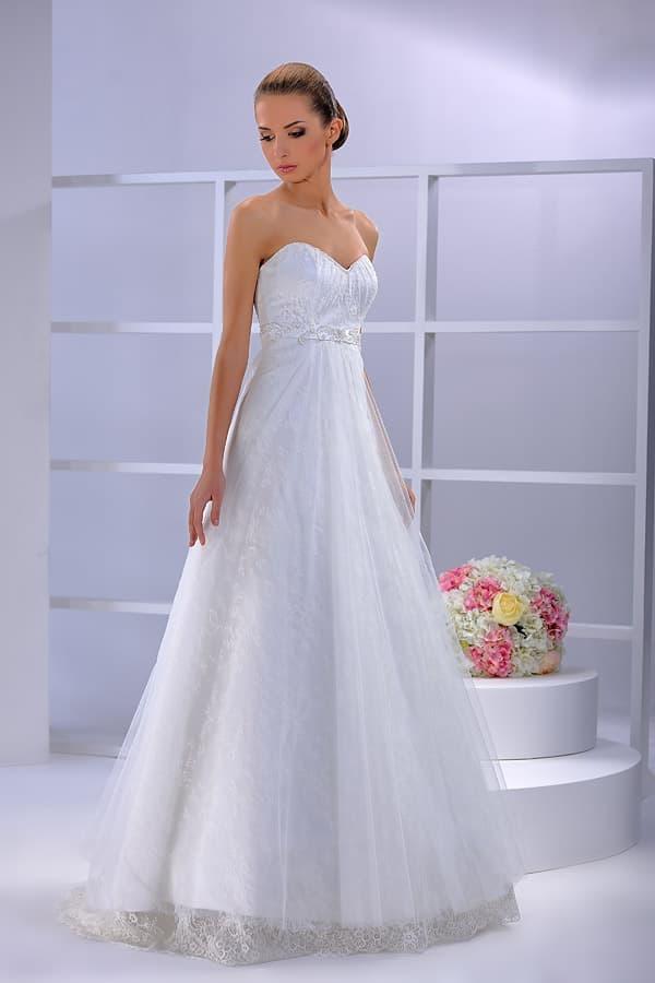 Открытое свадебное платье с юбкой А-кроя с завышенной талией.