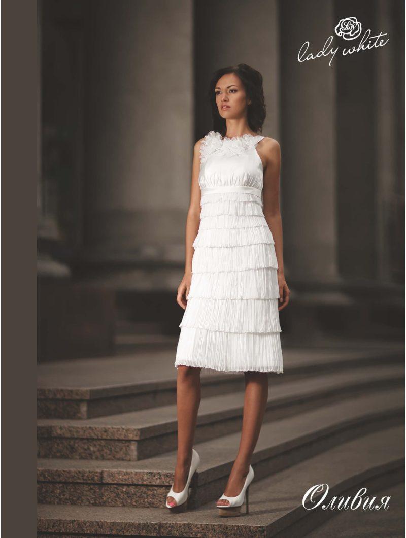 Закрытое свадебное платье прямого кроя с юбкой до колена.