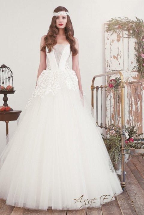 Пышное свадебное платье с ажурной отделкой верха подола.