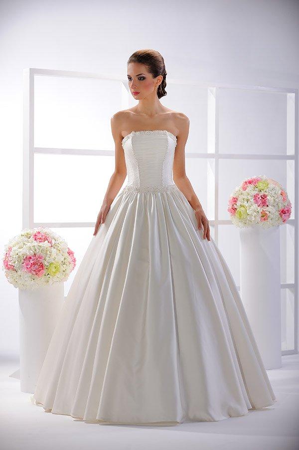Шикарное свадебное платье с пышной глянцевой юбкой и прямым лифом с бисером.