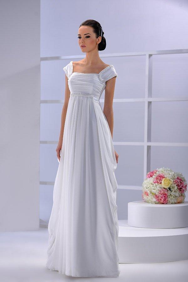 Деликатное свадебное платье с широкими бретелями, выполненное из глянцевой ткани.
