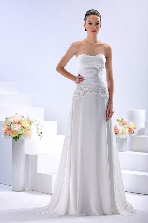 Утонченное свадебное платье прямого кроя с необычной линией талии.