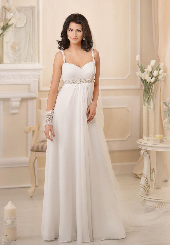 Женственное свадебное платье ампирного кроя с завышенной линией талии и узкими бретелями.