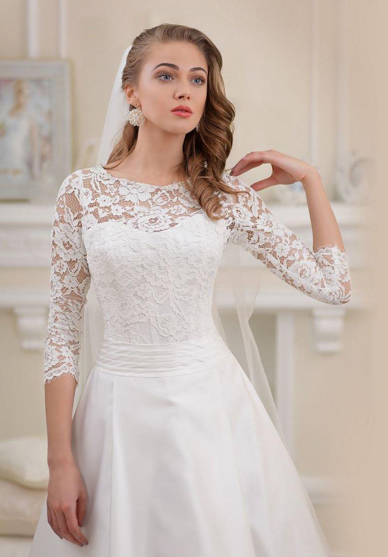 Свадебное платье «принцесса» с открытым лифом, дополненным плотной кружевной тканью.