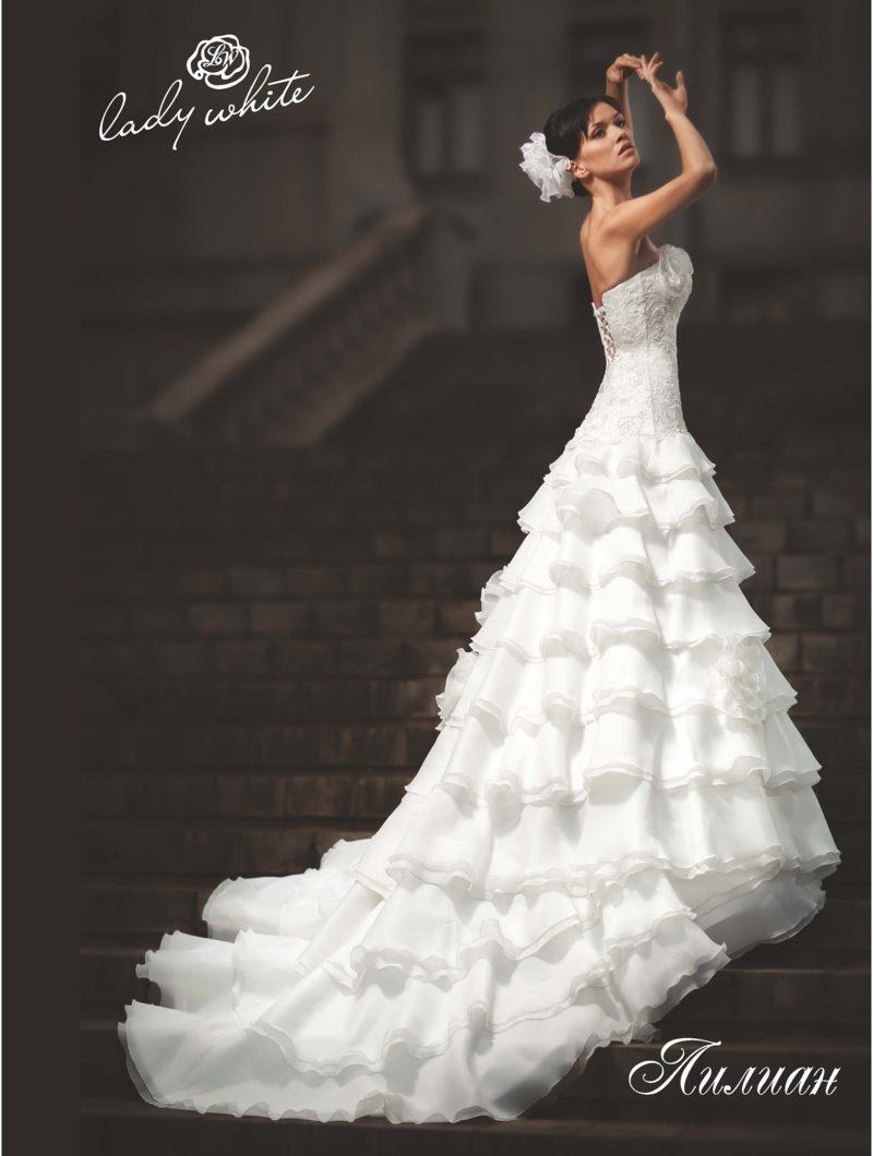 Шикарное свадебное платье с оборками на юбке со шлейфом.