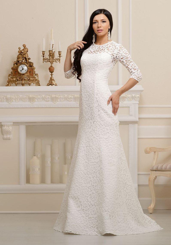 Облегающее свадебное платье с женственным лифом, покрытое по всей длине кружевной тканью.