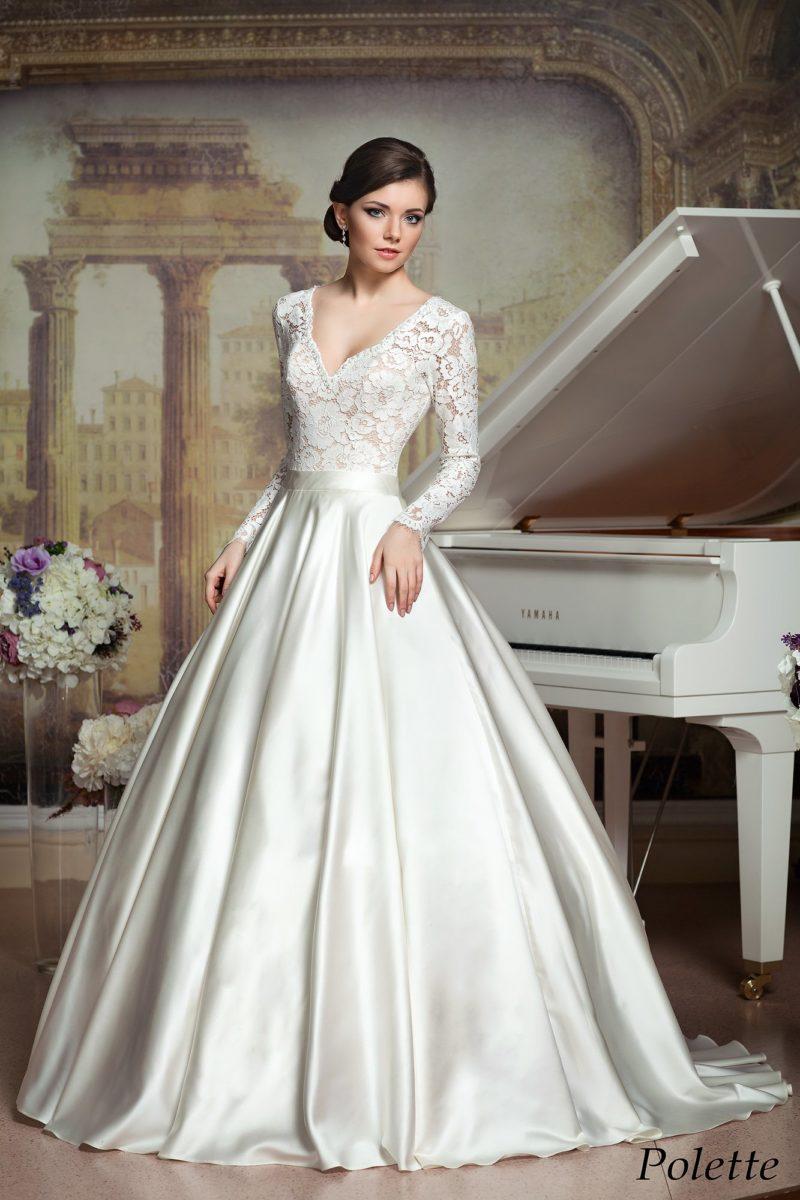 Роскошное свадебное платье с пышной атласной юбкой и длинными рукавами из кружева.