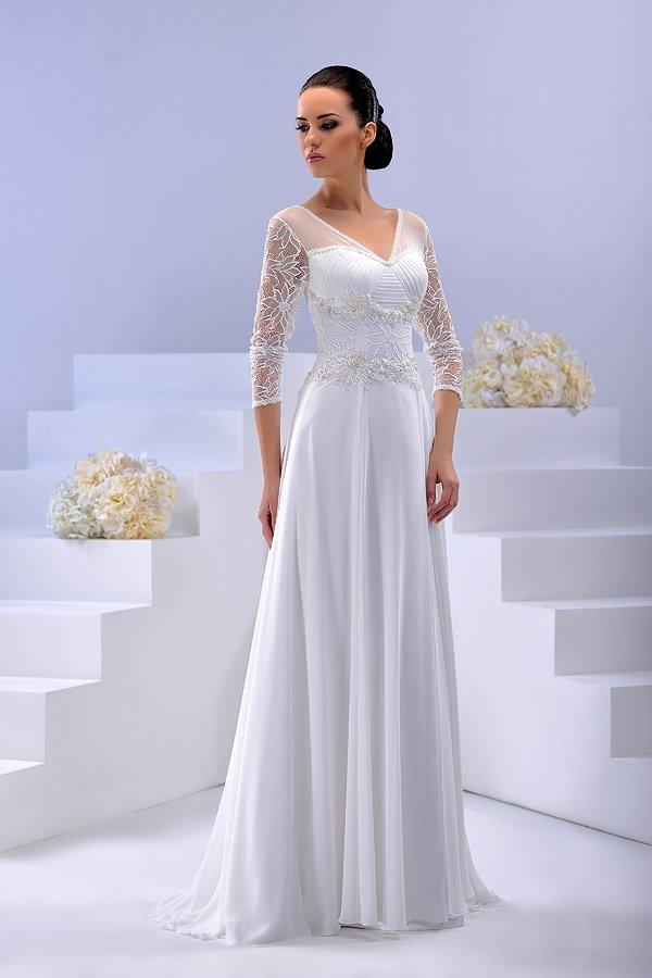 Глянцевое свадебное платье прямого кроя с кружевным верхом и изящным вырезом.