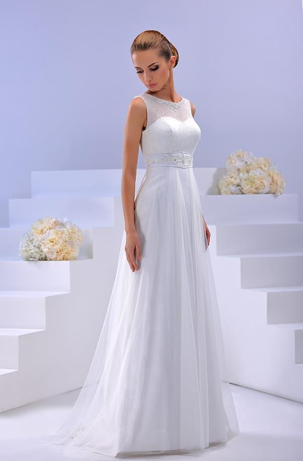 Прямое свадебное платье с округлым вырезом и изысканным поясом с вышивкой.