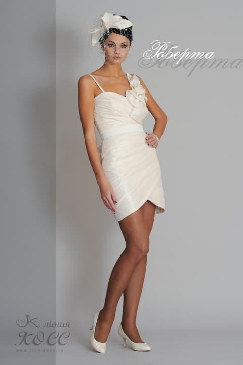 Короткое свадебное платье-футляр из плотной ткани, украшенное объемными бутонами.