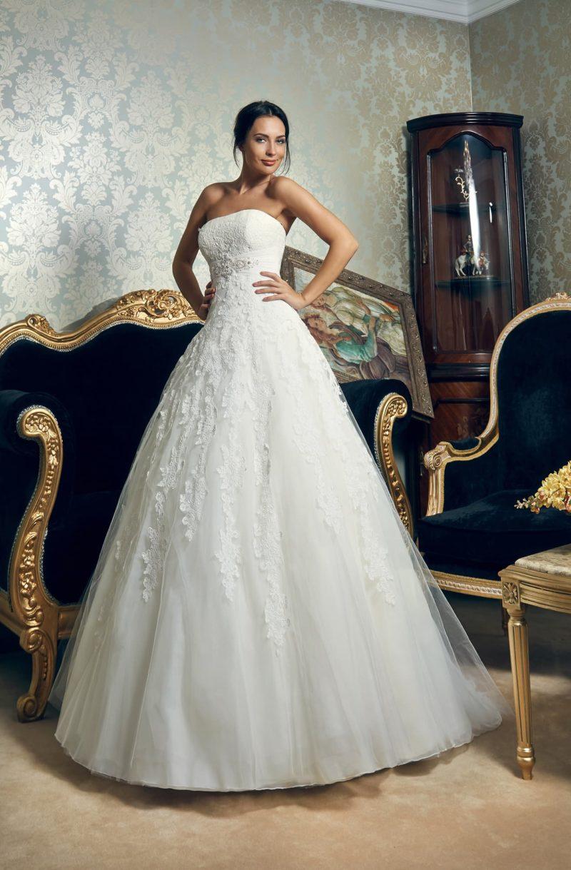 Открытое свадебное платье с изысканным корсетом и отделкой кружевными аппликациями.