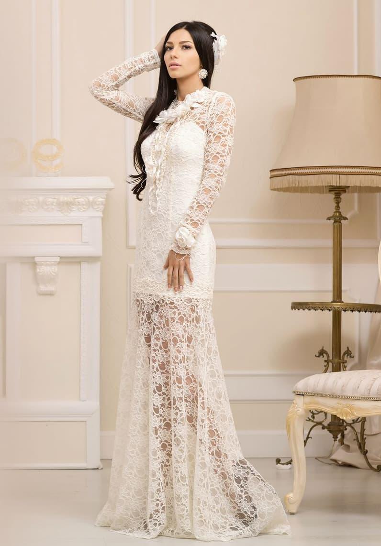 Необычное свадебное платье с полупрозрачной кружевной юбкой и объемной отделкой воротника.