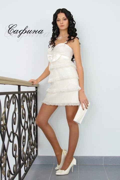 Свадебное платье с лифом в форме сердца и несколькими уровнями оборок на юбке.