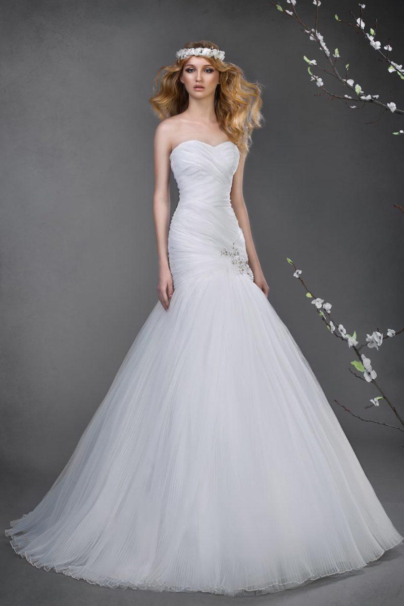 Элегантное свадебное платье в сдержанном стиле, с потрясающей юбкой силуэта «рыбка».