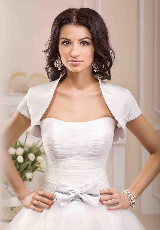 Изысканное свадебное платье с открытым корсетом и коротким атласным болеро с воротником-стойкой.