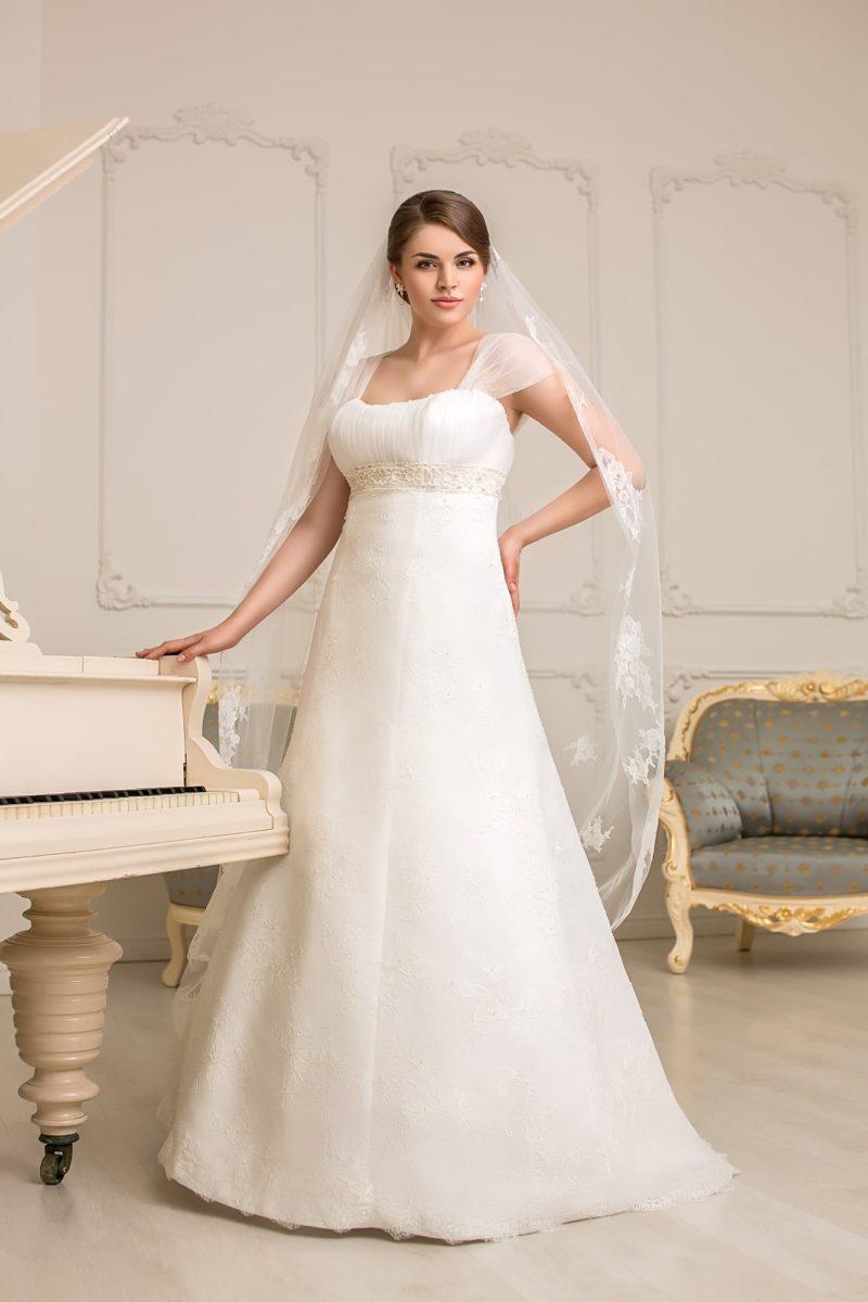 Женственное свадебное платье с широкими бретелями и завышенной талией с поясом.