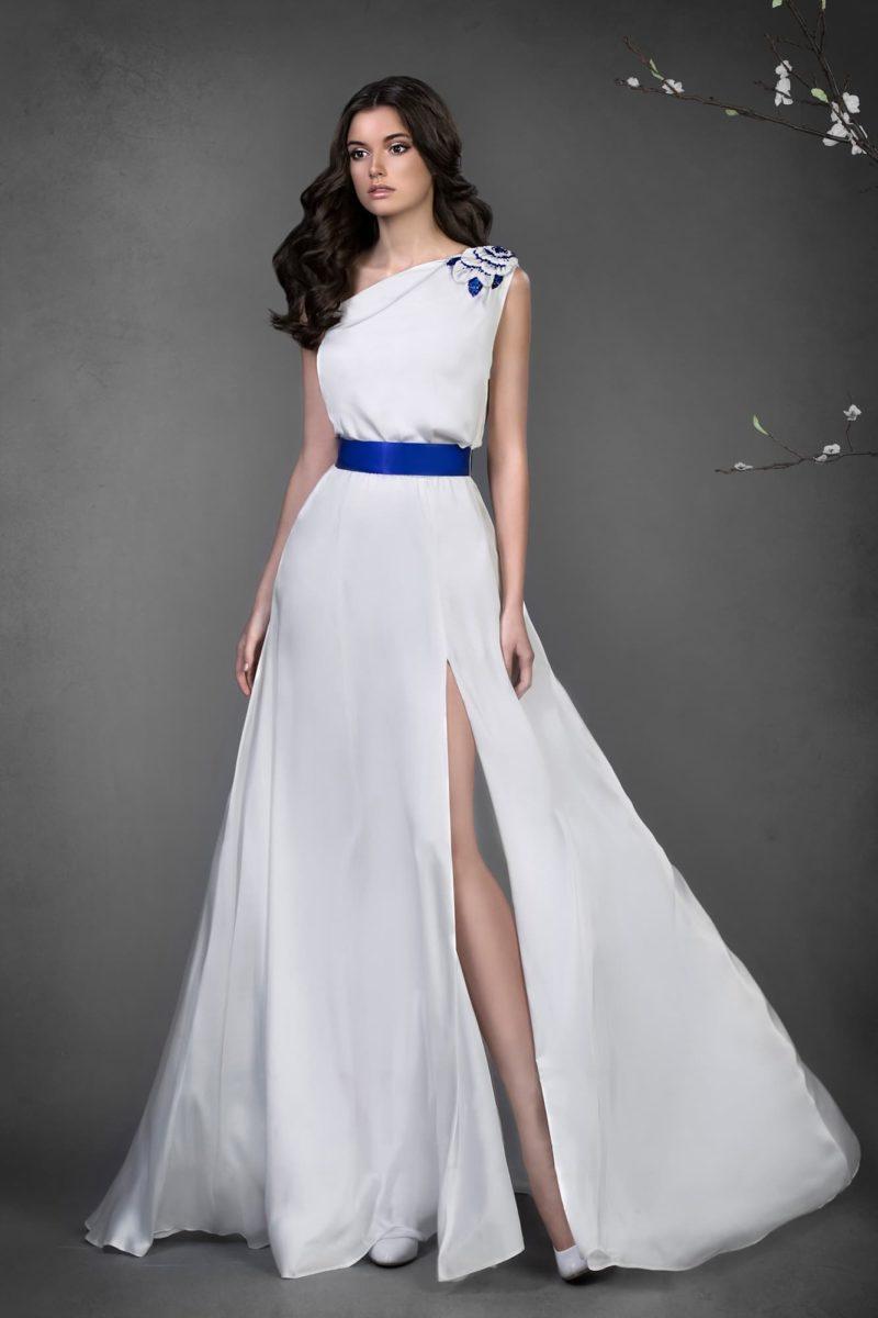 Необычное свадебное платье с цветной отделкой и синим атласным поясом на талии.